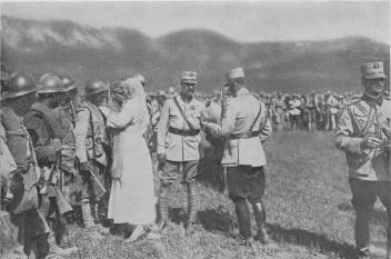 Regele Ferdinand şi Regina Maria decorând militarii care au luptat la Mărăşeşti, august 1917 - foto - ro.wikipedia.org