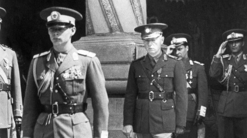 Regele Mihai I al României si Generalul Ion Antonescu - foto preluat de pe www.historia.ro
