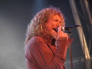 Robert Anthony Plant, cunoscut mai ales ca Robert Plant (născut la 20 august 1948) muzician, cântăreț (în registrul tenor), compozitor și instrumentist englez faimos pentru apartenența sa de 12 ani la grupul englez de rock Led Zeppelin, al cărui vocalist a fost, precum și pentru cariera sa ulterioară solo plină de succes - foto - ro.wikipedia.org