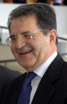 Romano Prodi (n. 9 august 1939, Scandiano, Reggio nell'Emilia) este un politician italian. A exercitat funcția de președinte al Consiliului de Miniștri italian de la 18 mai 1996 la 9 octombrie 1998, succedându-l pe Lamberto Dini și fiind înlocuit de Massimo D'Alema. După septembrie 1999, el a devenit președinte al Comisiei Europene. Mandatul trebuia să se încheie la 1 noiembrie 2004, însă din cauza unor probleme la constituirea Comisiei Barroso termenul a fost extins până la 22 noiembrie 2004. Din 2007 este președinte al Partidului Democrat - foto: ro.wikipedia.org
