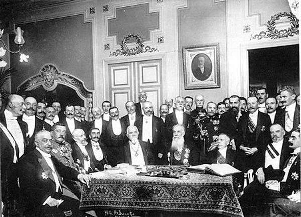 Tratatul de la București (10 august 1913) Președintele de Consiliu Titu Maiorescu în mijlocul participanților la negocieri - foto preluat de pe ro.wikipedia.org
