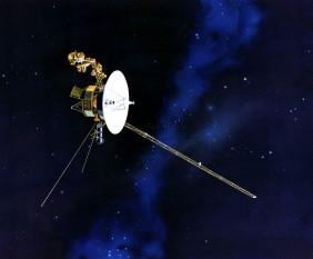 Voyager 2 este o navă spațială, lansată la 20 august 1977 (înaintea lui Voyager 1) de NASA. Este identică cu Voyager 1 și este singura sondă care a vizitat toate cele patru planete mari ale sistemului solar: Jupiter, Saturn, Uranus și Neptun, datorită unei alinieri a acestor planete - foto - ro.wikipedia.org