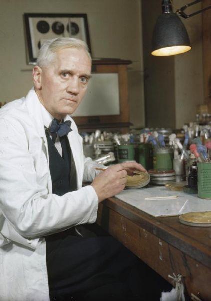 Sir Alexander Fleming (n. 6 august 1881 - d.11 martie 1955) a fost un bacteriolog scoțian, laureat al Premiului Nobel pentru Fiziologie și Medicină pe anul 1945 împreună cu Ernst Boris Chain și Sir Howard Walter Florey. În anul 1929 a descoperit penicilina produsă de mucegaiul Penicillium notatum. Cercetările au fost reluate în 1939 de un colectiv de la Oxford. În 1940, Fleming, doi biochimiști englezi - Ernest Boris Chain și Norman George Heatley - și un medic australian - Howard Walter Florey - au izolat și preparat în stare purificată și concentrată penicilina, una din marile realizări ale omenirii. A avut lucrări privind lizozimul ca element bacteriolitic prezent în țesuturi și secreții - foto: en.wikipedia.org