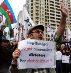 Protestatari pe străzile din Baku, în octombrie 2013, când Ilham Aliyev a fost reales președinte în urma unor alegeri contestate de opoziție. FOTO: Mediafax/AFP/ TOFIK BABAYEV