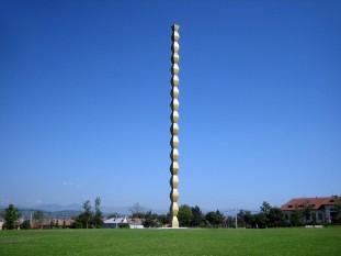 Coloana Infinită este o sculptură a sculptorului român Constantin Brâncuși, parte a trilogiei Ansamblului Monumental din Târgu Jiu, compus din Coloana Infinită, Poarta sărutului și Masa tăcerii concepute și executate de acesta - foto: wallpaperforcomputer.net
