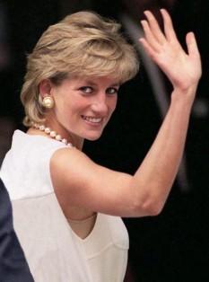 Diana, Prințesă de Wales (Diana Frances, născută Spencer) (1 iulie 1961 – 31 august 1997) prima soție a lui Charles, Prinț de Wales, moștenitorul tronului Regatului Unit - foto - ro.wikipedia.org