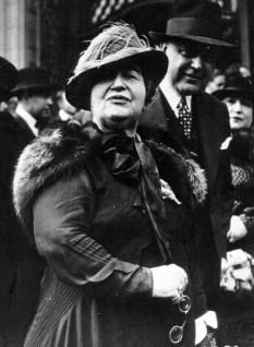 Elena Văcărescu (n. 21 septembrie 1864 București – d. 17 februarie 1947 Paris) a fost o scriitoare română stabilită în Franța, membră de onoare a Academiei Române, laureată în două rânduri cu premiul Academiei Franceze. A avut o bogată activitate politică și literară la Paris. A avut o idilă cu viitorul rege Ferdinand, relație dezaprobată de regele Carol I și guvern - in imagine, 1936, Hélène Vacaresco, secretar general al Asociației Române, de pe lângă Societatea Națiunilor - foto: ro.wikipedia.org