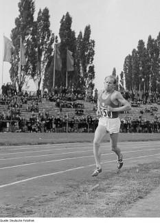 Emil Zátopek (n. 19 septembrie 1922, Kopřivnice, Cehia; d. 21 noiembrie 2000, Praga) atlet ceh. Zátopek a fost un alergător pe distanțe mari, multiplu campion național, olimpic și deținător de record mondial. În Cehoslovacia era sărbătorit ca erou național - foto: ro.wikipedia.org