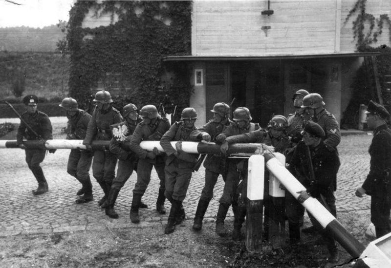 Soldaţii germani distrugând un punct polonez de trecere al frontierei pe 1 septembrie - foto: ro.wikipedia.org