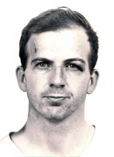 Lee Harvey Oswald (n. 18 octombrie 1939 – d. 24 noiembrie 1963) a fost, după cum arată cinci anchete guvernamentale, asasinul Președintelui SUA John F. Kennedy, care a fost împușcat mortal la 22 noiembrie 1963, în Dallas, Texas - foto (Poză de identitate înaintea încarcerării): ro.wikipedia.org