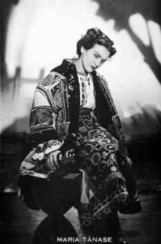 Maria Tănase (n. 25 septembrie 1913, București ― d. 22 iunie 1963, București), interpretă română de muzică populară, ușoară, lăutărească, romanțe și teatru de revistă. A fost supranumită Pasărea măiastră (de Nicolae Iorga) și Regina cântecului românesc - foto: ro.wikipedia.org