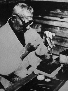 Mikimoto Kōkichi (10 March 1858 – 21 September 1954) was a Japanese entrepreneur who is credited with creating the first cultured pearl and subsequently starting the pearl industry with the establishment of his luxury pearl company Mikimoto - foto: en.wikipedia.org