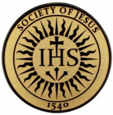 Logo-ul ordinului cuprinde trei litere: IHS, interpretate în două variante mai răspândite: a) Iesum Habemus Socium (Isus însoțitorul nostru) b) Iesus Hominum Salvator (Isus mântuitorul omenirii) - foto: cersipamantromanesc.wordpress.com