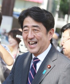 Shinzō Abe (n. 21 septembrie 1954), al 90-lea Prim-ministru al Japoniei - foto: ro.wikipedia.org