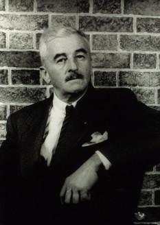 William Cuthbert Faulkner, născut Falkner (25 septembrie 1897 – 6 iulie 1962) a fost un prozator american, laureat al Premiului Nobel pentru Literatură în anul 1949, unul dintre scriitorii reprezentativi ai literaturii americane din secolul XX - foto (fotografie facuta de Carl Van Vechten din 1954 1954): en.wikipedia.org