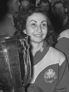 Angelica Adelstein-Rozeanu -- cunoscută și ca Angelica Rozeanu -- (n. 15 octombrie 1921, București - d. 22 februarie, 2006, Haifa, Israel), celebră jucătoare de tenis de masă, fiind campioană mondială de șase ori pentru România, între anii 1950 - 1956 - foto (Angelica Rozeanu in 1955): ro.wikipedia.org