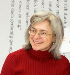 Anna Ștefanovna Politkovskaia, (n. 20 august 1958, New York - d. 7 octombrie 2006, Moscova), scriitoare și jurnalistă din Rusia, militantă pentru respectarea drepturilor omului, cunoscută pentru poziția ei critică față de politica dusă de Kremlin în Cecenia - foto - Politkovskaia în Leipzig, Germania (2005): ro.wikipedia.org