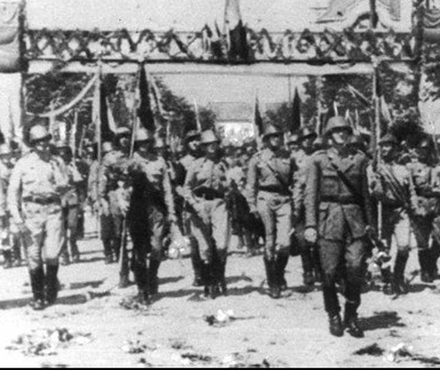 Vânători de munte intrând victorioşi în nordul Transilvaniei eliberate (1944) - foto: balcanii.ro