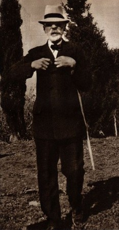 Axel Martin Fredrik Munthe (n. 31 octombrie 1857, Oskarshamn, Suedia - d. 11 februarie 1949, Stockholm, Suedia), medic, psihiatru și scriitor suedez. Este cunoscut mai ales ca autor al Cărții de la San Michele (1929), o povestire autobiografică romanțată a vieții și a activității sale foto (Axel Munthe prin anii '30): ro.wikipedia.org