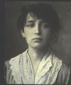 Camille Claudel (8 December 1864 – 19 October 1943) was a French sculptor and graphic artist. She was the elder sister of the poet and diplomat Paul Claudel - foto - Camille Claudel in 1884 (aged 19): ro.wikipedia.org