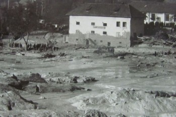 30 octombrie 1971, ora 5 dimineaţa, Certej. Halda de steril la marginea căreia fuseseră construite mai multe blocuri de locuinţe şi cămine pentru oamenii care lucrau în exploatările miniere de aur şi cupru din zonă s-a prăvălit peste cartierul muncitoresc  foto preluat de pe adevarul.ro