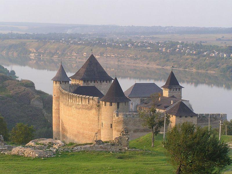 Cetatea Hotin, cetate localizată pe malul abrupt al râului Nistru în orașul Hotin din regiunea Cernăuți (în vestul Ucrainei) - foto: ro.wikipedia.org