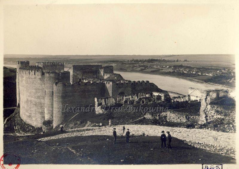 Cetatea Hotin, cetate localizată pe malul abrupt al râului Nistru în orașul Hotin din regiunea Cernăuți (în vestul Ucrainei) - foto: romaniaimaginideierisiazi.wordpress.com