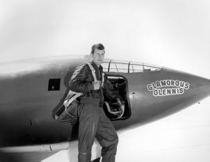 Chuck Yeager (n. 13 februarie 1923, Myra, Virginia), pilot în timpul celui de-al Doilea Război Mondial și a zburat în 64 de misiuni deasupra Europei. El a doborât 13 avioane germane și a fost el însuși doborât în Franța, dar a scăpat de prizonierat cu ajutorul Rezistenței Franceze. De asemenea a fost primul om care a depășit viteza sunetului si apoi de doua ori viteza sunetului (Mach 2) - foto (Yeager în fața unui Bell X-1.): ro.wikipedia.org