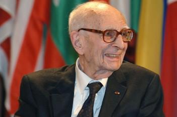 Claude Lévi-Strauss (n. 28 noiembrie 1908, Bruxelles - d. 30 octombrie 2009, Paris), antropolog francez, teoretician al structuralismului etnologic. A fost membru al Academiei Franceze foto (Lévi-Strauss în 2005): ro.wikipedia.org