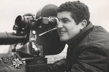 Claude Lelouch (n. 30 octombrie 1937, Paris), regizor francez, scenarist, actor și producător. S-a născut la Paris dintr-o familie de evrei de origine algeriană foto (Claude Lelouch în 1966): ro.wikipedia.org