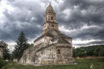 """Biserica """"Sfântul Nicolae"""" din Densuș, este un lăcaș de cult ortodox din județul Hunedoara, una dintre cele mai vechi biserici de rit bizantin din România, construită în secolul XIII - foto: ro.wikipedia.org"""