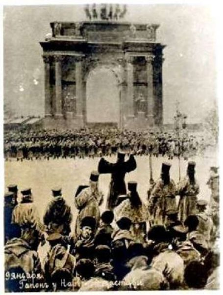 """Bloody Sunday"" (22 January, 1905): Crowd of petitioners, led by Father Gapon, near Narva Gate, St.Petersburg - foto preluat de pe en.wikipedia.org"