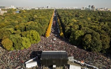 Demonstraţie masivă anti-TTIP în Berlin, 10 octombrie 2015 (Axel Schmidt/Getty Images) - foto: epochtimes-romania.com