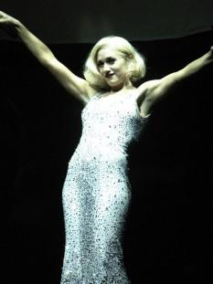 """Gwen Renée Stefani (n. 3 octombrie 1969), cântăreață americană, compozitoare, designer de modă și ocazional actriță - foto (Gwen Stefani cântând single-ul """"Cool"""" în luna Noiembrie 2005): ro.wikipedia.org"""