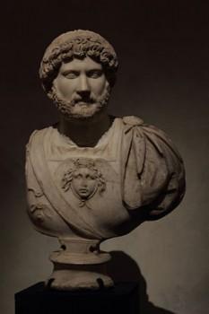 """Publius Aelius Traianus Hadrianus (24 ianuarie 76 – 10 iulie 138), cunoscut ca Hadrian, a fost Împărat Roman (117-138). Hadrian a fost al treilea dintre așa-zișii """"cei cinci împărați buni ai Imperiului Roman - in imagine, Bustul lui Publius Aelius Traianus Hadrianus, în armură, la Muzeul de arheologie din Sevilla, din Spania - foto: ro.wikipedia.org"""