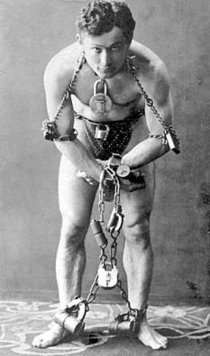 Harry Houdini (născut Erik Weisz, n. 24 martie 1874, Budapesta - d. 31 octombrie 1926, Detroit), iluzionist american originar din Ungaria, actor și producător de film foto (Harry Houdini în 1899): ro.wikipedia.org