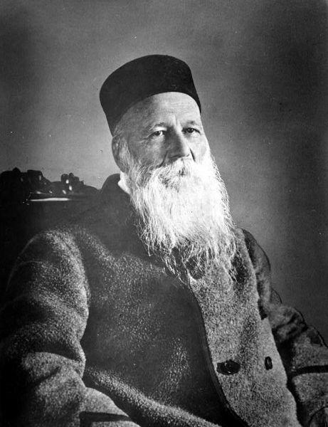 """Henry Dunant (n. 8 mai 1828 în Geneva, Elveția; d. 30 octombrie 1910, Heiden), din naștere Jean-Henri Dunant, a fost un om de afaceri elvețian și umanist de formație creștină. Fondează în 1862 """"Comitetul internațional al asociațiilor de ajutorare pentru îngrijirea răniților"""" care din 1876 poartă numele Comitetul internațional al Crucii Roșii. Convențiile de la Geneva din 1864 acceptă și asimilează ideile publicate de Dunant în lucrarea """"Eine Erinerung an Solferino"""". În 1901 a fost primul laureat al premiului Nobel pentru pace împreună cu Frédéric Passy - foto: ro.wikipedia.org"""
