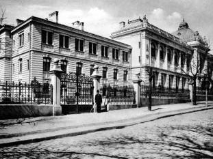 """Palatul Universității """"Al.I.Cuza"""", construit pe locul fostului Teatru Național, a fost inaugurat în 1897 - foto: ro.wikipedia.org"""