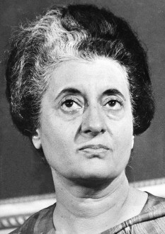 Indira Priyadarshini Gandhi (n. 19 noiembrie 1917 – d. 31 octombrie 1984), prim-ministru al Indiei din 19 ianuarie 1966 până la 24 martie 1977, și, din nou, din 14 ianuarie 1980 până la asasinarea ei pe 31 octombrie 1984 foto (1977): ro.wikipedia.org