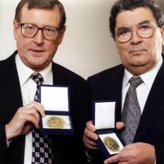 1998:  David Trimble şi John Hume, artizanii acordului de pace din Irlanda de Nord, au primit Premiul Nobel pentru Pace - foto: achievement.org