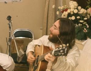 """John Winston Ono Lennon, numele la naștere John Winston Lennon, MBE, (n. 9 octombrie 1940, Liverpool - d. 8 decembrie 1980, New York City), muzician, cântăreț, textier și compozitor englez, unul din fondatorii trupei The Beatles - foto (Lennon repetând """"Give Peace a Chance"""" în Montreal, Quebec, Canada, în 1969): ro.wikipedia.org"""