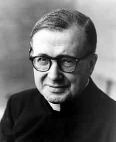 Josemaría Escrivá de Balaguer Albás (n. 9 ianuarie 1902, Barbastro, județul Huesca, Spania – d. 26 iunie 1975, Roma), preot spaniol, sfânt al Bisericii catolice. La data de 2 octombrie 1928 a văzut Opus Dei,[1] o instituție în cadrul Bisericii Catolice care răspândește chemarea la sfințenie în mijlocul lumii, oferind lui Dumnezeu munca profesională bine făcută și slujind pe ceilalți - foto: papalartifacts.com