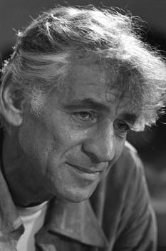 Leonard Bernstein (n. 25 august 1918, Lawrence, Massachusetts - d. 14 octombrie 1990), pianist, dirijor și compozitor american, de naționalitate evreu. Familia sa a emigrat din localitatea Rovno, Ucraina - foto: ro.wikipedia.org