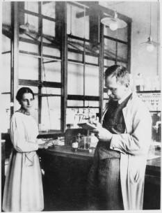Lise Meitner (n. 17 noiembrie 1878, Viena - d. 27 octombrie 1968, Cambridge), renumită fiziciană austriacă, naturalizată apoi suedeză foto (Lise Meitner şi Otto Hahn în laborator): ro.wikipedia.org