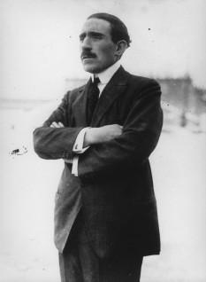 Louis Renault (* 12 februarie 1877, Billancourt; † 24 octombrie 1944, Paris), industriaș francez, fondatorul grupului cu același nume, pilot de curse și un pionier al automobilismului - foto - Louis Renault (1926), fondator al imperiului industrial Renault în anul 1899: ro.wikipedia.org