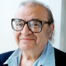 """Mario Gianluigi Puzo (n. 15 octombrie 1920 - d. 2 iulie 1999) a fost un autor și scenarist italo-american, câștigător a 2 Premii Oscar, cunoscut în special pentru romanele sale despre mafie, și în special pentru """"Nașul"""" (1969), roman care l-a consacrat și pe care l-a adaptat cinematografic, într-o trilogie foarte apreciată de criticii de film, împreună cu Francis Ford Coppola - foto: en.wikipedia.org"""