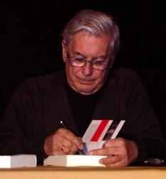 """Mario Vargas Llosa (n. 28 martie 1936, Arequipa, Peru), unul dintre cei mai cunoscuți scriitori din Peru. Este de asemenea unul din cei mai importanți romancieri și eseiști născuți în America Latină. A obținut Premiul Nobel pentru Literatură (2010) pentru """"cartografierea structurilor puterii și imaginile sale tranșante ale rezistenței, revoltei și înfrîngerii individului"""" - foto: ro.wikipedia.org"""