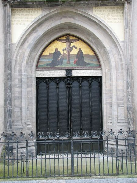 Luther's theses are engraved into the door of All Saints' Church, Wittenberg. The Latin inscription above informs the reader that the original door was destroyed by a fire, and that in 1857, King Frederick William IV of Prussia ordered a replacement be made - foto: en.wikipedia.org