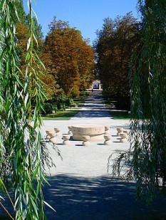 În prim plan, Masa tăcerii, în plan îndepărtat, Poarta sărutului, ambele în parcul oraşului de pe malul Jiului foto: ro.wikipedia.org