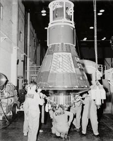 Capsula spațială Mercury 8 în Hangarul S de la Cape Canaveral - foto: ro.wikipedia.org